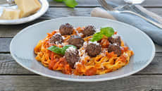 Hjemmelagde kjøttboller med tomatsaus og pasta