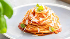 Barilla spaghetti med Basilicosaus og parmesanost