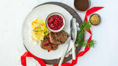 Karbonader med brun saus og tyttebær