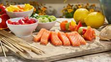 Grillspyd med laks, purre og fargerik paprika