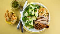 Grillet kylling med salat og hvitløksbrød