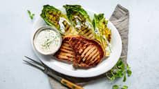 Sommerkoteletter med grillet hjertesalat