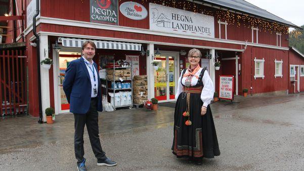Kjededirektør Kjetil Flåtrud og kjøpmann Gro Cathrine Aasgrav utenfor Nærbutikken Hegna Landhandel.