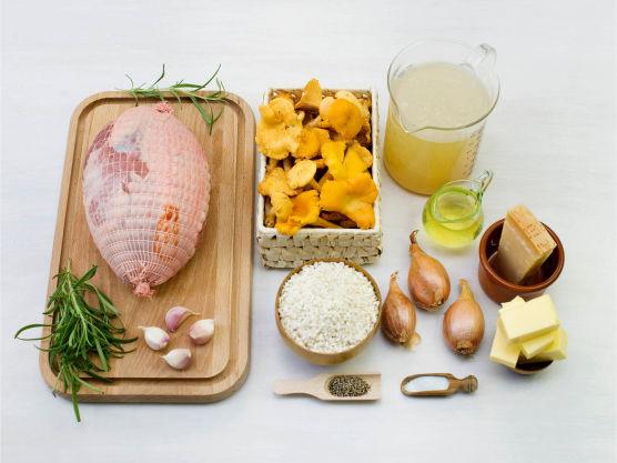 Gni inn steken med salt og pepper. Skjær hvitløk i staver og lag hull i steken med en spiss kniv og stikk hvitløk og rosmarin i hullene.