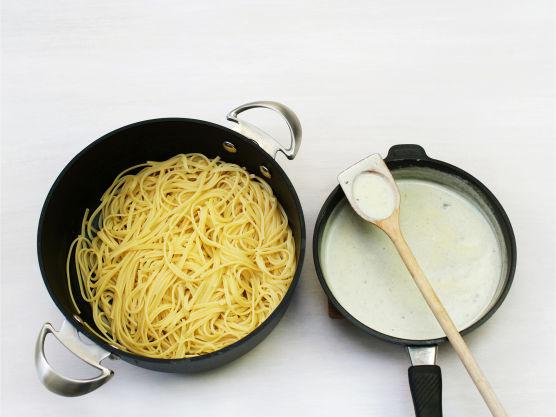 Ha fløte og ost i en kjele og gi sausen et oppkok. Smak til med salt og pepper, ha sausen over pastaen, og server med entrecôtes og sopp.