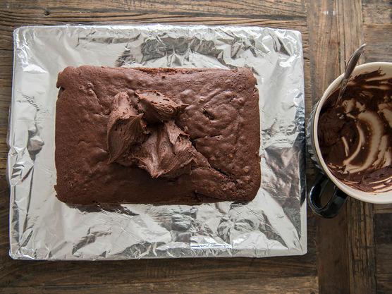 Imens sjokoladekaken avkjøles lager du sjokoladekremen. Når sjokoladekaken er avkjølt, smør den inn med sjokoladekremen.