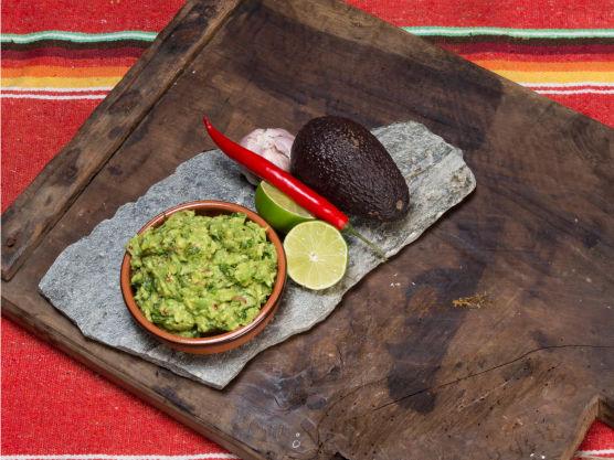 Server umiddelbart eller ha i en bolle med litt ekstra limejuice på toppen og tett plastdekket. Et godt tips er å la stenen ligge i, da holder den seg grønn lenger!