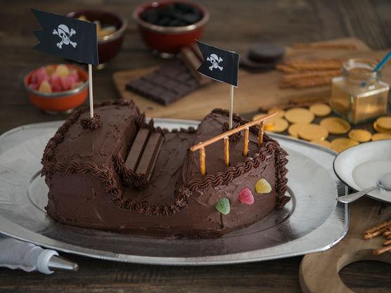 Pynt kaken med sjokoladekrem fra sprøytepose langs kantene.