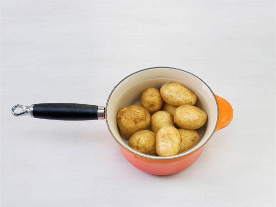 Kok poteter og server til rykende varm fårikål.