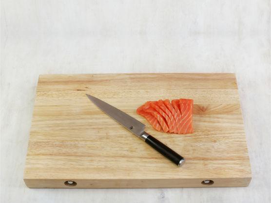 Skjær laksen i mindre biter eller strimler.