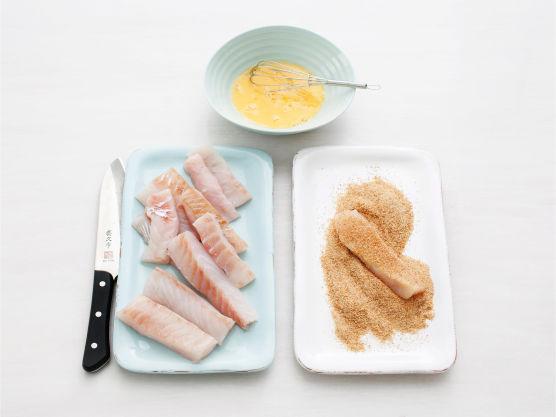 Rens og del torsken i avlange biter. Visp sammen eggene. vend fiskebitene i egg og deretter griljermel.