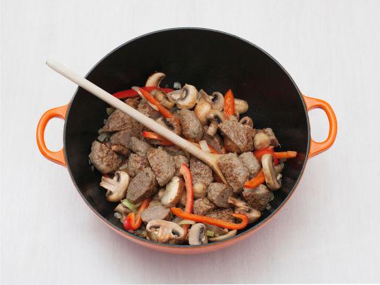 Stek sopp, løk, paprika og kjøttkakeskiver i olje i en gryte eller stekepanne, ca. 5 min.