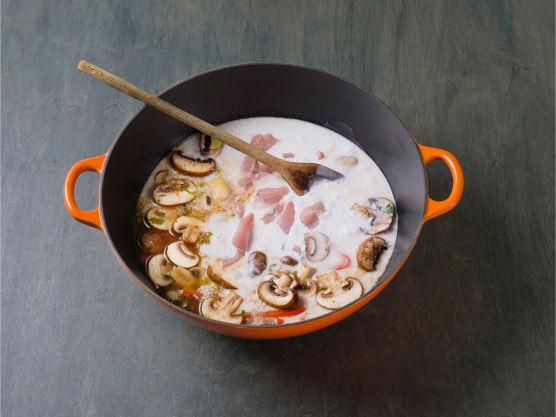 Fres halvparten av vårløken med hvitløk, sopp og paprika i olje, tilsett currypasta, kraft, kokosmelk og kalkun, og la småkoke i ca. 10 min.