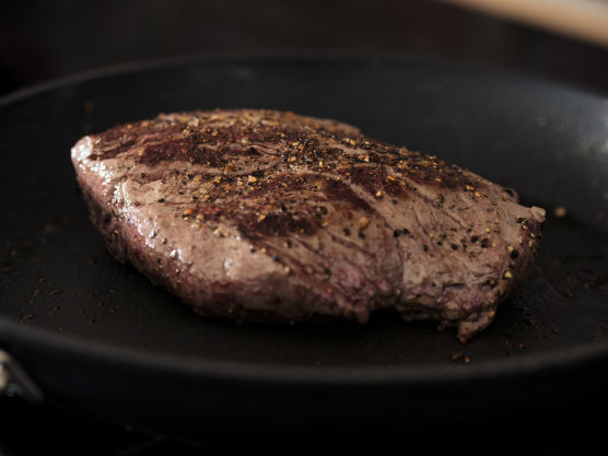 Kok ut pannen brukt til kjøtt, med tyttebær og viltkraft. Kok inn til ca. 2 dl på middels varme under omrøring. Smak til med salt og pepper.