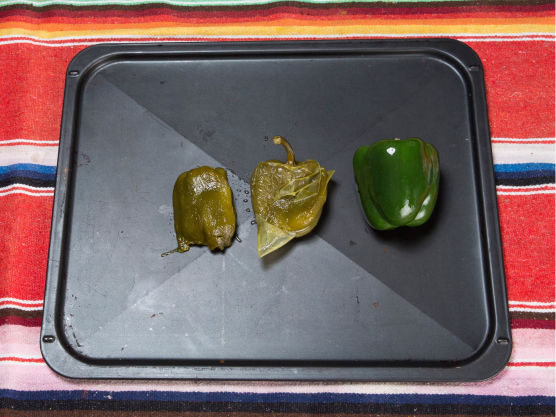 Bak dem i ovnen på så høy varme du kan, til de er litt brente i skallet. Ha dem rett i en pose. La det stå og avkjøles, ta av skallet og fjern frø fra paprikaen, men ikke jalapeñoene.