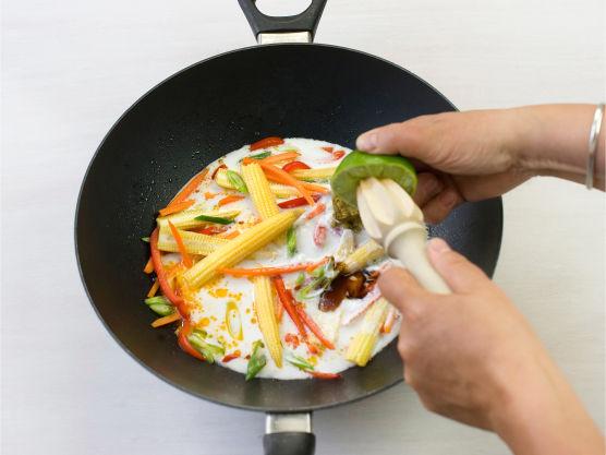 Rens ogkutt grønnsaker. Rørestek dem til de knapt er møre, ca. 3 min. Tilsett kokosmelk, currypasta, østerssaus og limesaft.