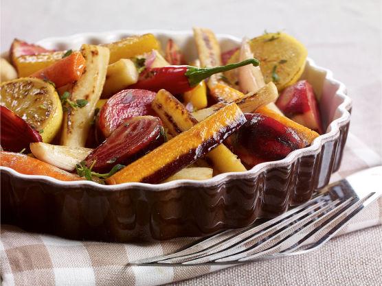 Romtemperer biffene i minst 30 minutter. Vask, skrell og del grønnsakene i ønsket form, f.eks staver. Legg de utover et stekebrett og ha på små klatter av smør. Krydre med salt og pepper. Bakes i ovnen ved 180 grader til de er møre, ca 20-35 min.