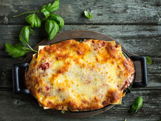 Bak lasagnen midt i ovnen ved 200 grader i ca. 30 minutter, eller til overflaten er gyllen og pastaen ferdig kokt.