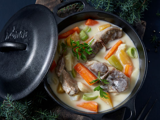Kutt grønnsakene i passende biter og kok møre sammen med kjøttet i ca. 10 minutter.