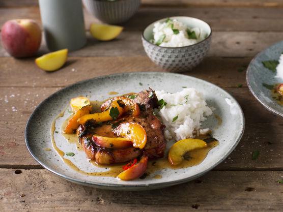 Server kotelettene og ferskensausen med nykokt ris. Pynt gjerne med persille og grovhakkede hasselnøtter like før servering.