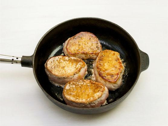 Ha vasket spinat i en ildfast form. Skjær svinefilet i 4 skiver, krydre med salt og pepper og brun skivene i olje i en stekepanne i ca. 3-4 min. på hver side. Legg dem i formen.