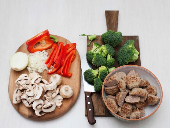 Rens og skjær sopp og grønnsaker i biter. Skjær kjøttkakene i tjukke skiver.