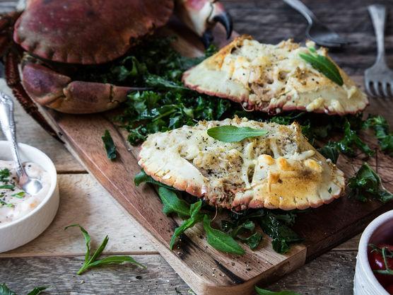 Ha over revet ost og gratiner i ovnen på 220 grader i ca 10 minutter til osten er gyllen.