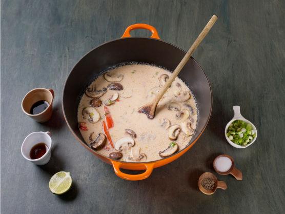 Ha i fiskesaus, soyasaus, limesaft og resten av vårløken. Smak til med salt og pepper, dryss over koriander og server.