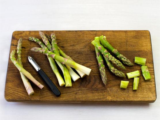 Rens, skrell og kok asparges knapt møre i lettsaltet vann, ca. 3 min. Kok egg, i ca. 6-7 min.