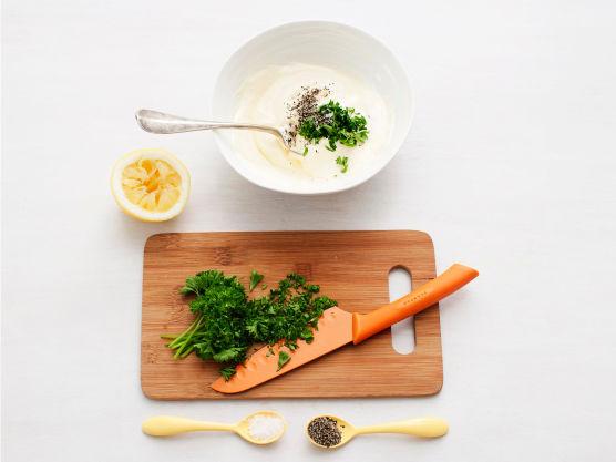 Hakk persillen og bland dresiingen. Varm tortillas i aluminiumsfolie i ca. 2. min. i ovnen på 200C.