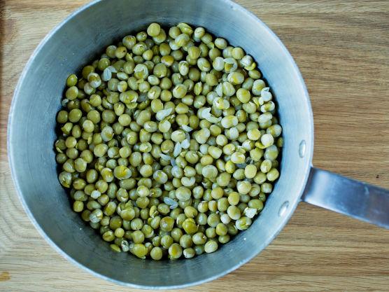 Hell av bløtevannet og ha ertene over i en kasserolle. Fyll på med friskt vann til vannet står et par cm over ertene.