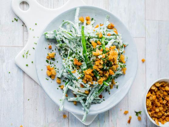 Vend aspargesbønnene sammen med creme fraiche, finhakket sjalottløk og hakket gressløk. Krydre lett med salt og kvernet pepper.