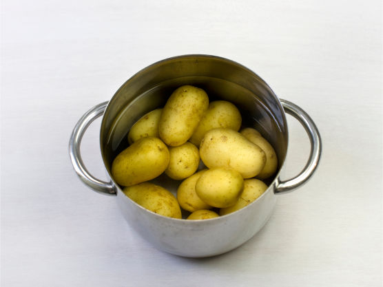 Først, kok poteter.