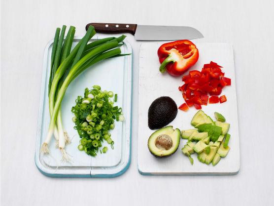 La maisen renne godt av, skrell og del avokado i biter. Rens og skjær paprika i terninger og finhakk vårløken.