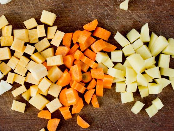 Tilsett grønnsaker skåret i biter og la det hele putre videre over middels varme til alt er mørt.