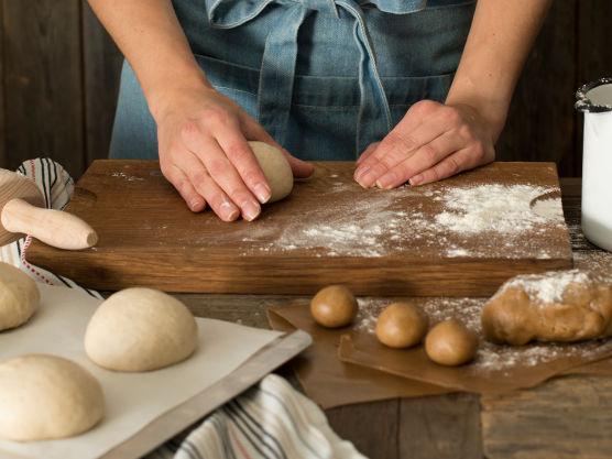 Ha alle ingredienser med unntak av smør i kjøkkenmaskinen og elt på sakte fart i 10-15 minutter til deigen slipper eltebollen.