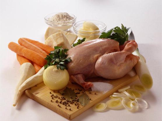 Legg kylling eller høns i en kjele. Tilsett salt, laurbærblad, hel pepper, det grønne fra purre og eventuelt persille- og sellerirot.