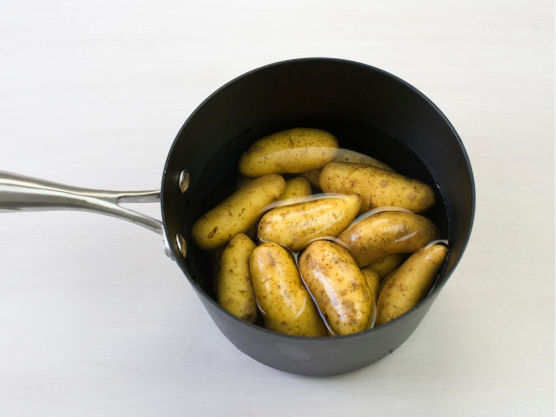 Kok potetene møre i vann, ca. 15-18 min.