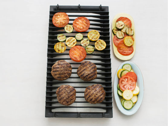 Pensle også hamburgerne med fetaostoljen og krydre med salt og pepper. grill eller stek hamburgerne på sterk varme, ca. 5 min. på hver side. Grill eller stek tomater på en side og squash myke, ca. 4 min.