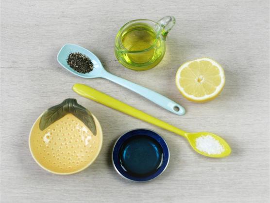 Bland dressingen, anrett ingrediensene på tallerkene og fordel dressing og koriander over salaten.