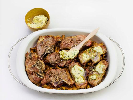 Gni inn kotelettene med salt og pepper og brun dem i smør i pannen, ca. 2 min på hver side. Ha dem over i formen, topp med rosmarinsmør og gratiner i ovnen på 225 °C i ca. 8 min.