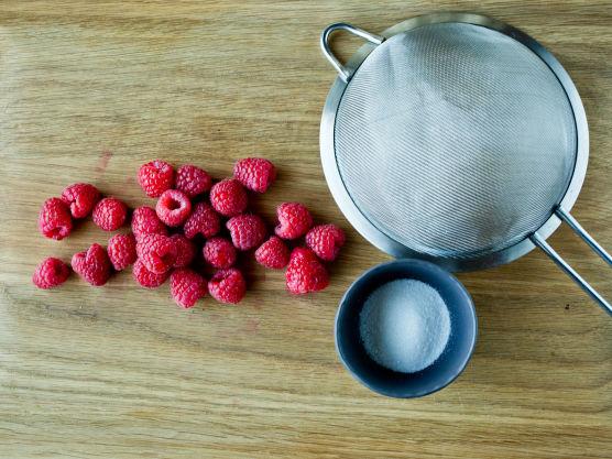 Mos bærene og gni dem igjennom en sikt. Smak sausen til med sukker eller melis.