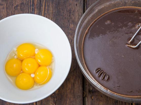 Tilsett eggeplommer én etter én og visp godt mellom hver eggeplomme.