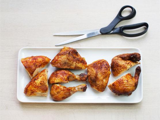 Del kylling og paprika i biter og brokkoli i buketter.