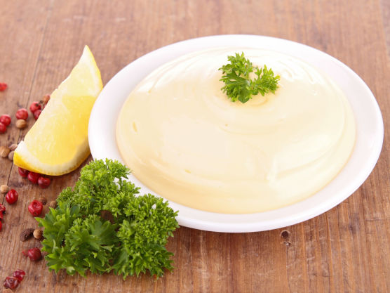 Det er en fordel om alle ingrediensene er romtempererte.  Pisk eggeplommer og eddik, tilsett finhakket hvitløk.