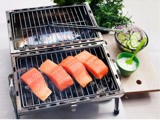 Del laksen i fire skiver og grill eller stek fisken gyllen på begge sider, ca. 4 min.