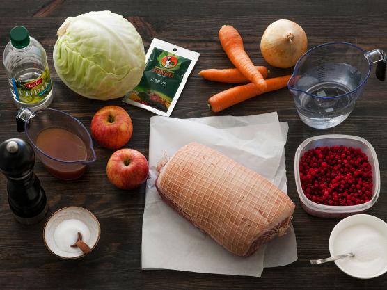 Til denne oppskriften på skinkestek trenger du skinkestek med svor (surret), salt, pepper, vann, gulrot, løk, kål, epler, karve, kjøttfkraft, eddik, sukker, tyttebær og svisker.