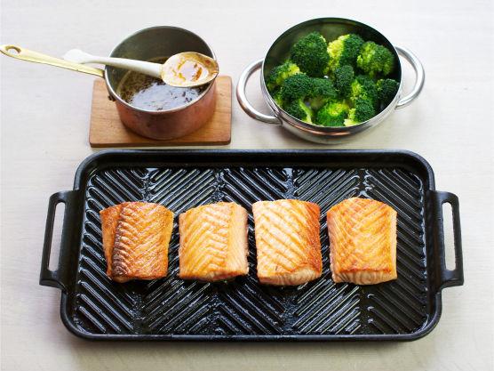 Server laks med grønnsaker og saus.