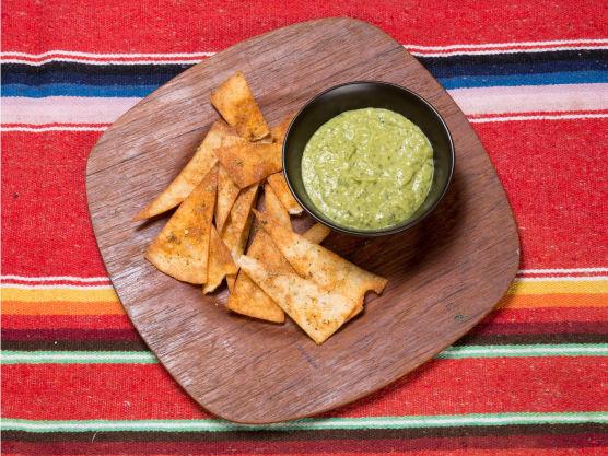 Lag en porsjon grønn salsa (se egen oppskrift). Server nachos i en kurv eller bolle. Kutt lime i båter og server ved siden av med salsaen.