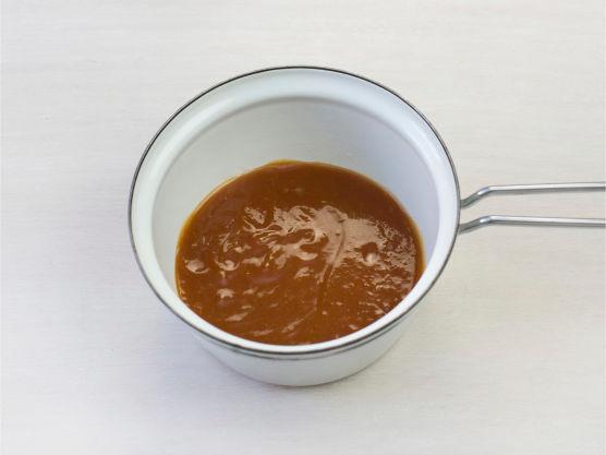 Kok opp saus og server med svinefilet og ris.